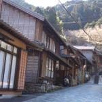 Le long de la voie ancienne de Tokaïdo: maisons et auberges traditionnelles japonaises à Utsunoya, Ville de Shizuoka