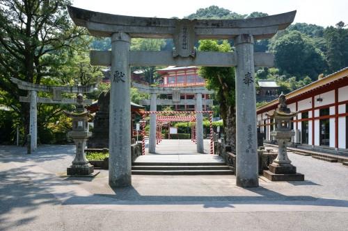 Le sanctuaire Yūtoku Inari dans la ville de Kashima, préfecture de Saga avec son entrée