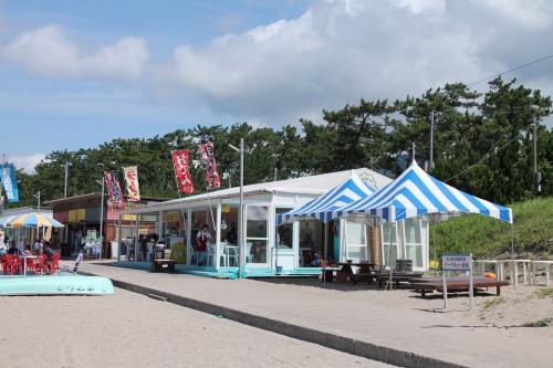 les maisons de plage sur la plage Wakasa Takahama