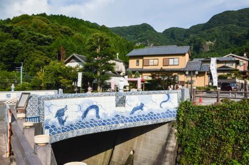Le village de potiers d'Okawachiyama tout près d'Imari dans la préfécture de Saga avec le pont en porcelaine d'imari