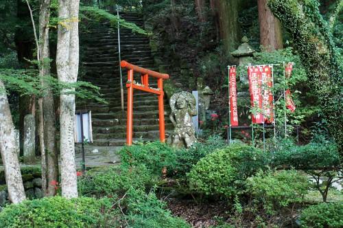 Torii à côté d'un nio au Futagoji, dans la péninsule de Kunisaki, Oita, Kyushu