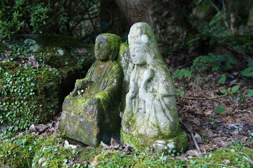 Petites statues bouddhistes en pierre, dans la péninsule de Kunisaki, Oita, Kyushu