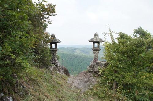 Lanternes de pierre à l'entrée du Itsutsuji Fudo, dans la région Rokugo Manzan située dans la péninsule de Kunisaki, Oita, Kyushu