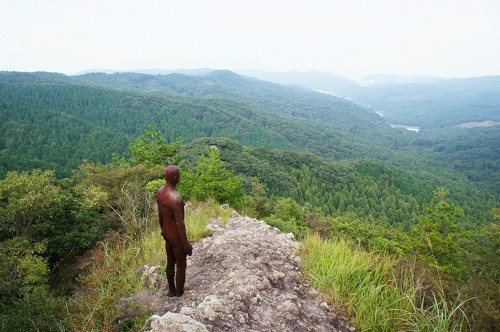 Œuvre d'Antony Gormley : homme qui regarde le panorama,