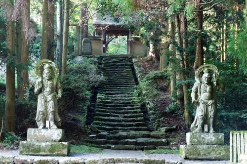 Statues nio devant la porte du Futagoji dans la région Rokugo Manzan située dans la péninsule de Kunisaki, Oita, Kyushu