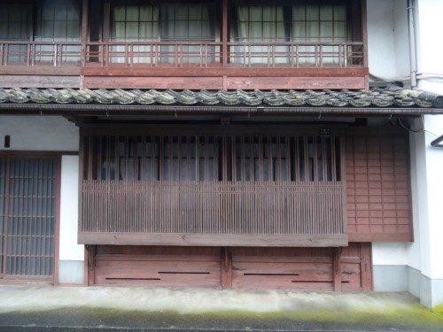 Une claustra koushi devant les fenêtres d'une ancienne maison.