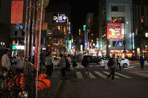 Rue la nuit à Fukuoka, Kyushu, Japon