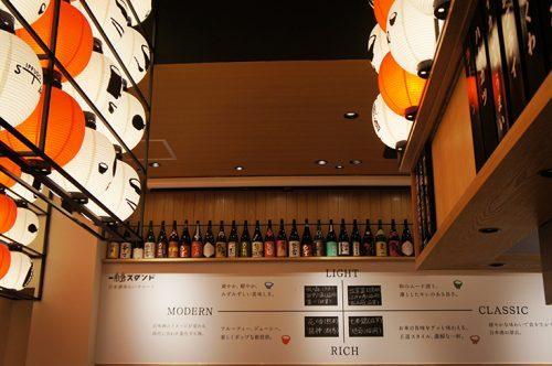 Menu et bouteilles de saké à Ippudo ramen, Fukuoka, Kyushu, Japon