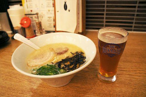 Un bol de Hakata ramen à Ippudo et une bière.