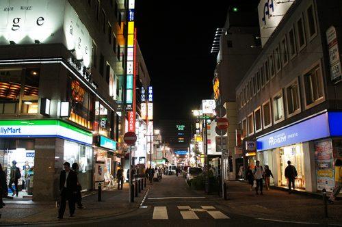 Rues éclairées de nuit à Tenjin, Fukuoka, Kyushu, Japon.
