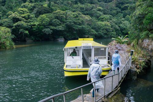 Embarcadère pour le bateau traversant le fleuve Urauchi sur l'île d'Iriomote dans la Préfecture d'Okinawa, Japon