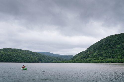 Canoë kayak sur le fleuve Urauchi sur l'île d'Iriomote dans la Préfecture d'Okinawa, Japon