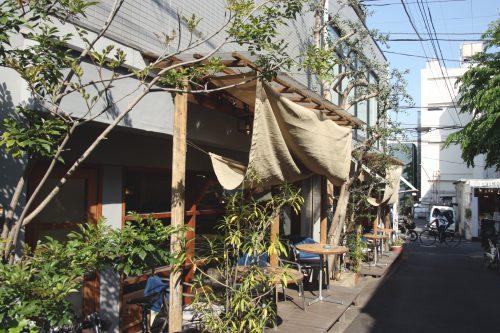 Terrasse d'un café à Shimokitazawa, Tokyo, Japon