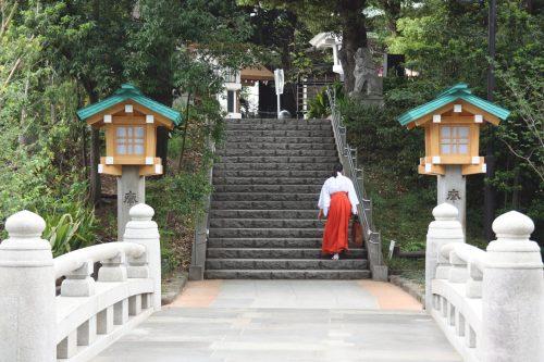 Rite shinto dans le sanctuaire Togo de Harajuku, Tokyo, Japon.