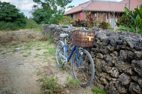 Vélo de location pour parcourir Taketomi dans la Préfecture d'Okinawa, Japon
