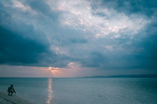 Coucher de soleil sur la plage à Taketomi dans la Préfecture d'Okinawa, Japon