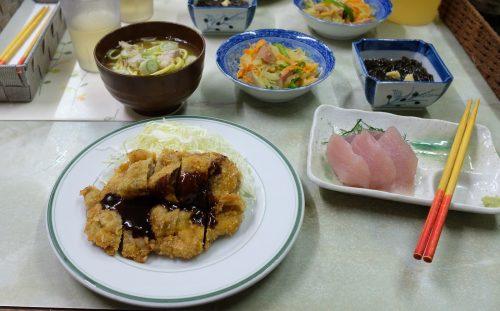 Repas en chambre d'hôte à Taketomi dans la Préfecture d'Okinawa, Japon