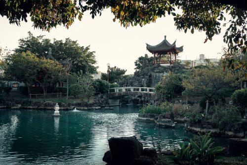 L'étang du jardin Fukushuen à Naha dans la Préfecture d'Okinawa, Japon