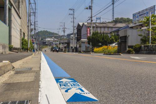 Marquage au sol de la Shimanami Kaido, dans la région de Setouchi au Japon