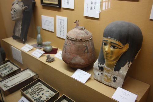 Objets exposés dans la galerie d'art du musée des cultures du Nord à Niigata, Japon
