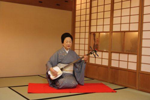 Joueuse de luth shimasen dans le quartier de Furumachi à Niigata, Japon