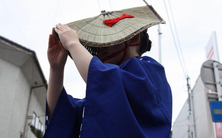 Danseuse en tenue traditionnelle au festival d'Hamochi sur l'île de Sado, dans la Préfecture de Niigata, Japon