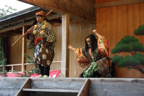 Interlude comique propre au théâtre Nô au sanctuaire Kusakari à Hamochi, sur l'île de Sado au Japon
