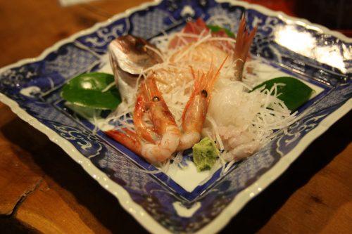 Sashimi pour le dîner au ryokan Hananoki Inn sur l'île de Sado, dans la Préfecture de Niigata, Japon