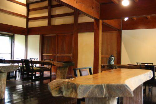 Salle de restaurant du ryokan Hananoki Inn sur l'île de Sado, dans la Préfecture de Niigata, Japon