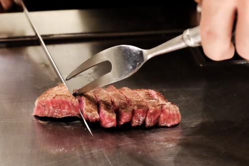 Le chef découpant la viande de boeuf Kobe sous vos yeux