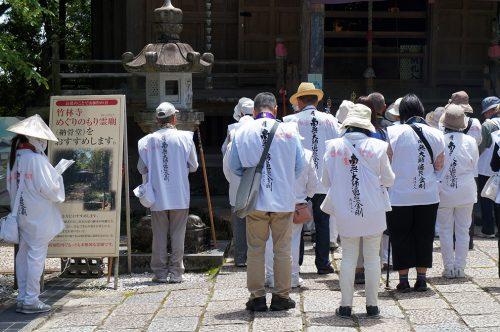 Pèlerins au temple de Chikurin-ji dans la ville de Kochi, sur l'île de Shikoku, Japon