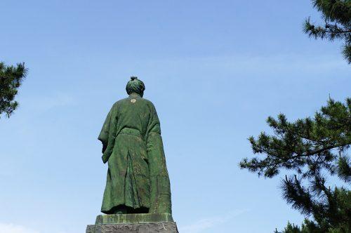 Statue de samouraï sur la plage de Katsurahama à Kochi, sur l'île de Shikoku, Japon