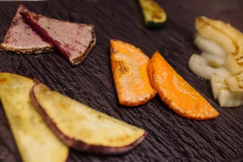 Légumes préparés dans le style Teppanyaki pour accompagner la viande de boeuf de Kobe