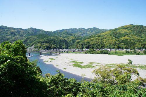 La rivière Niyodogawa à Ino dans la préfecture de Kochi, Japon