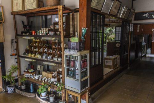Partie boutique d'un salon de thé traditionnel de la la ville de Murakami près de Niigata, Japon