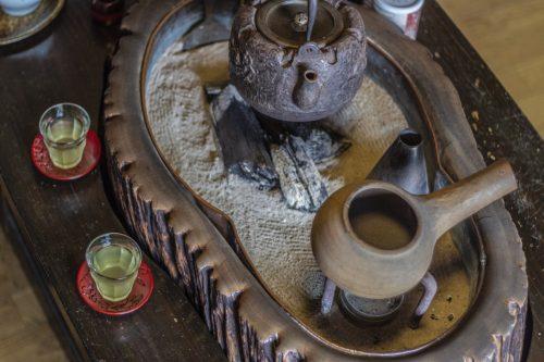 Thé servi près du foyer central dans un kissaten de la ville de Murakami près de Niigata, Japon