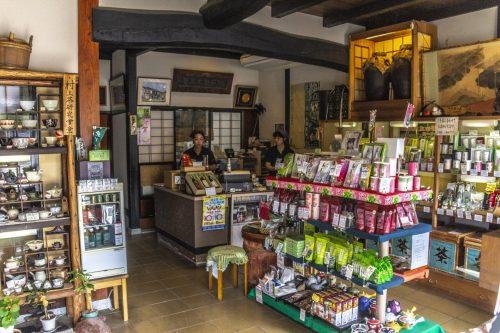 Partie boutique d'un salon de thé traditionnel de la ville de Murakami près de Niigata, Japon
