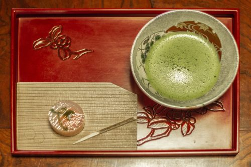 Bol de thé matcha et patisserie sucrée servis dans un kissaten de la ville de Murakami près de Niigata, Japon