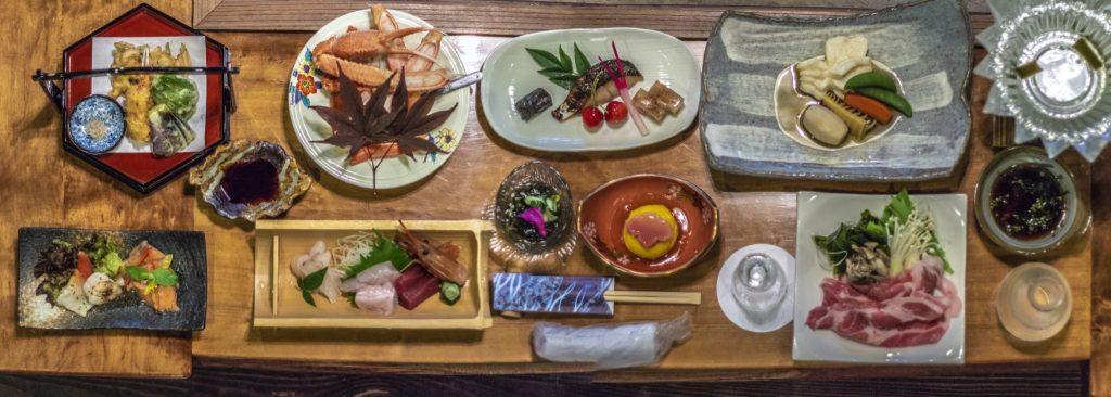 Le festin au dîner à l'auberge Goushikan près de Murakami dans la préfecture de Niigata, Japon