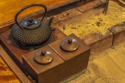 Service à thé dans l'auberge Goushikan près de Murakami dans la préfecture de Niigata, Japon