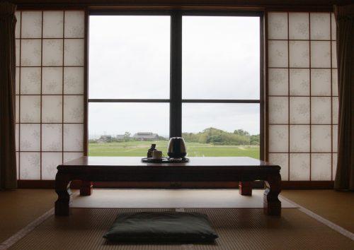 Vue depuis l'une des chambres du ryokan Hananoki Inn sur l'île de Sado, dans la Préfecture de Niigata, Japon