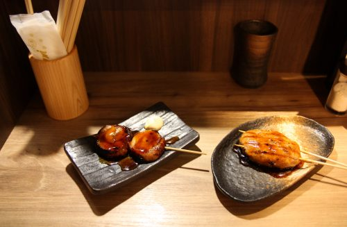 Yakitori de poulet à l'un des restaurants du Bar Yokocho Akasaka, Tokyo, Japon