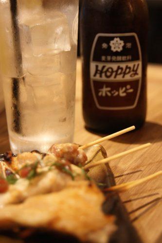 Yakitori de poulet et Hoppy au Bar Yokocho Akasaka, Tokyo, Japon