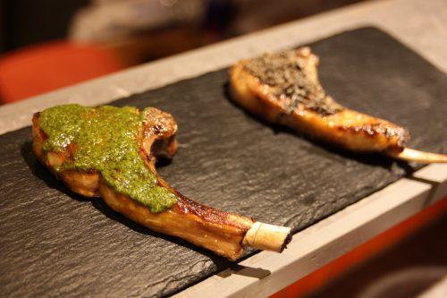 Côtelettes d'agneau servies au Bar Yokocho Akasaka, Tokyo, Japon