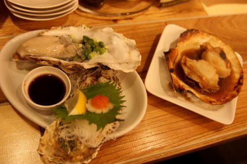 Huître et coquilles Saint Jacques à Trégion, au Bar Yokocho Akasaka, Tokyo, Japon