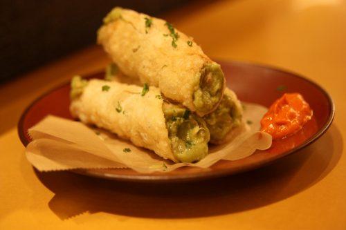 Gyozas revisités façon frites et guacamole au Bar Yokocho Akasaka, Tokyo, Japon