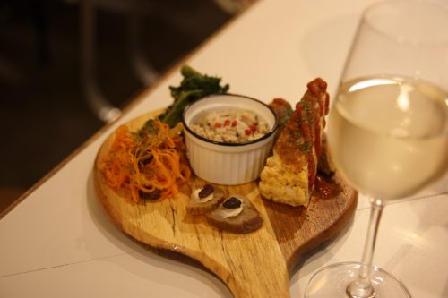 Planche dégustation au restaurant Editor's Fav, Bar Yokocho Akasaka, Tokyo, Japon