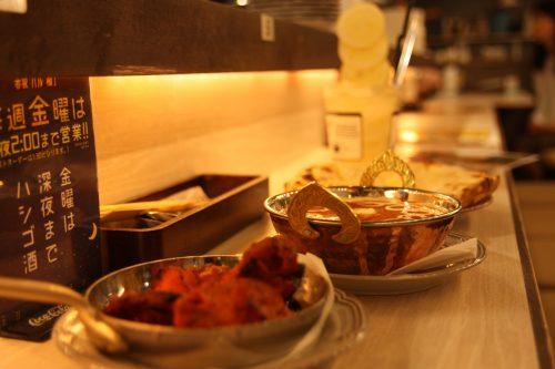Farandole de plats indiens au Bar Yokocho Akasaka, Tokyo, Japon