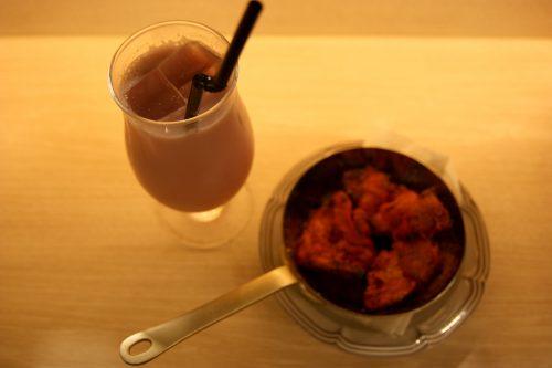 Lassi à la crème de cassis et poulet tandori au Bar Yokocho Akasaka, Tokyo, Japon