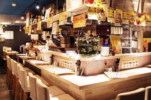 Comptoir de cuisine italienne au Karasuma Bar Yokocho, Kyoto, Japon